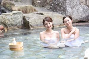 温泉でくつろぐ女性