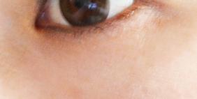 パールノーブを塗った左目のシワ