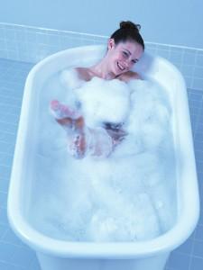 お風呂に入る女性