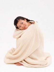 女性と毛布